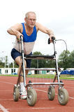 Anziano attivo con il camminatore Fotografia Stock Libera da Diritti