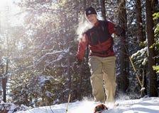 Anziano attivo sulle racchette da neve nell'inverno Immagine Stock Libera da Diritti