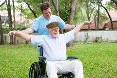 Anziano che allunga le esercitazioni Immagini Stock