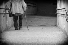 Anziano che scende scale. Immagine Stock Libera da Diritti