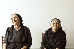 anziano che sorride due donne Immagini Stock Libere da Diritti