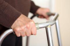 Anziano che usando un camminatore Fotografia Stock Libera da Diritti