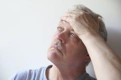 Anziano con dolore capo Fotografia Stock Libera da Diritti