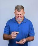 Anziano con i farmaci di prescrizione Fotografia Stock Libera da Diritti