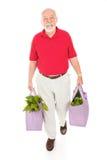 Anziano con i sacchetti di drogheria riutilizzabili Immagini Stock
