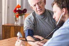 Anziano con ipertensione fotografie stock libere da diritti
