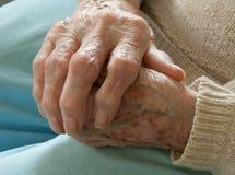 Anziano con l'artrite reumatoide Immagini Stock Libere da Diritti