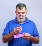 Anziano con l'erogatore quotidiano della pillola Fotografie Stock