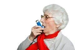 Anziano con l'inalatore bronchiale Fotografia Stock Libera da Diritti