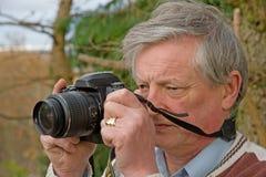 Anziano con la macchina fotografica digitale. Immagini Stock Libere da Diritti