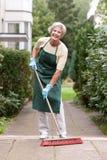 Anziano con la scopa Immagini Stock Libere da Diritti