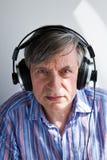 Anziano con le cuffie Immagini Stock Libere da Diritti