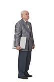 Anziano con un computer portatile fotografia stock