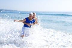anziano delle coppie della spiaggia Fotografie Stock