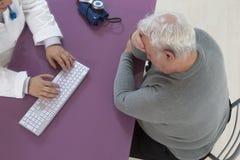 Anziano di consultazione per la depressione Immagini Stock Libere da Diritti