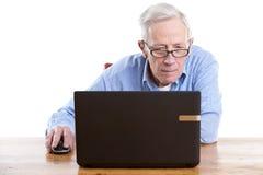 Anziano dietro il calcolatore Immagine Stock