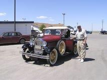 Anziano ed automobile 1928 dell'annata Fotografia Stock Libera da Diritti