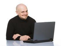 Anziano felice con il computer portatile. Immagine Stock Libera da Diritti