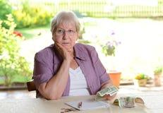 Anziano femminile che calcola il suo bilancio Immagine Stock Libera da Diritti