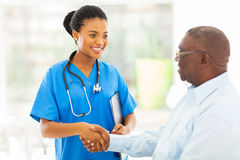Anziano medico africano dell'infermiere fotografia stock