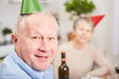 Anziano nel nuovo year& x27; celebrazione di vigilia di s fotografia stock libera da diritti