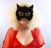 Anziano nella mascherina del gatto Fotografie Stock