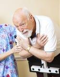 Anziano preoccupato che fa terapia fisica Fotografia Stock Libera da Diritti