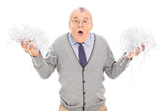 Anziano preoccupato che tiene un mucchio di carta tagliuzzata Immagini Stock