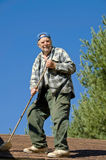 Anziano su un tetto Immagini Stock