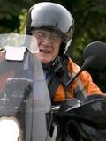 Anziano su una motocicletta fotografie stock libere da diritti