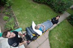 Anziano sulla barella dell'ambulanza Immagini Stock Libere da Diritti
