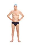 Anziano in tronchi di nuotata neri e cappuccio di nuoto blu Fotografie Stock Libere da Diritti