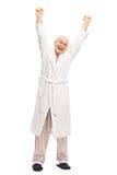 Anziano in un accappatoio bianco che si allunga Fotografia Stock