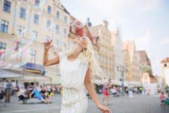 Anziehen blond, einen großen Spaß mit den Seifenblasen habend Stockfotografie
