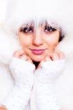 Anziehen vorbildlich im weißen Pelz Stockbild