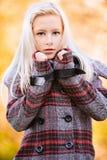 Anziehende blonde Frau der Junge an Stockfotografie