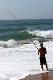 Anziehende Fische des Fischers im Meer Stockfotografie