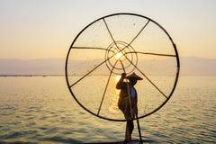 Anziehende Fische des Fischers mit konischem Netz, Inle See, Shan, Myanmar Lizenzfreies Stockfoto