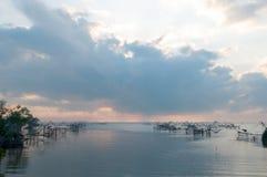 Anziehende Fische mit Fischnetz auf dem talanoi, pattalung Thailand Stockfotos