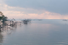 Anziehende Fische mit Fischnetz auf dem talanoi, pattalung Thailand Lizenzfreie Stockfotos