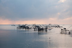 Anziehende Fische mit Fischnetz auf dem talanoi, pattalung Thailand Stockbild