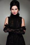 Anziehende Frau im schwarzen Kleid Stockbild