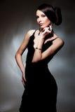 Anziehende Frau im schwarzen Kleid Stockfotografie