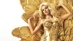Anziehende Frau mit goldenen Flügeln stockfotos