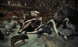 Anziehende Frau mit wilden Tieren Stockbilder