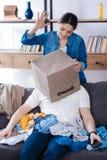 Anziehende lustige Frau vergangen durch Ehemannverhalten lizenzfreies stockbild