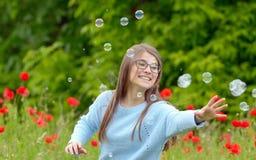 Anziehende Seifenluftblasen des Mädchens Lizenzfreie Stockbilder