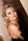 Blonde sexy Frau im Abendkleid im Luxusinnenraum. Stilvolles reiches dünnes Mädchen mit Frisur und hellem Make-up in der Wohnung. Lizenzfreie Stockfotos