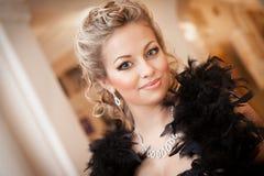 Blonde Frau mit Diamantschmuck mit Frisur und Make-up Lizenzfreies Stockbild