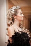Blonde Frau mit Diamantschmuck mit Frisur und Make-up Stockfotos